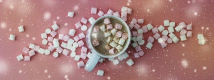 Ποτό κακάου με marshmallows που απομονώνονται στο ροζ ή το υπόβαθρο κοραλλιών, τοπ άποψη ποτό Χριστουγέννων ζεστό απαγορευμένα απεικόνιση αποθεμάτων