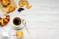 Ποτό καφέ με Croissant και μπισκότο στο διάστημα αντιγράφων Στοκ εικόνα με δικαίωμα ελεύθερης χρήσης