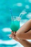 Ποτό κοκτέιλ στο χέρι γυναικών με το διάστημα αντιγράφων Στοκ φωτογραφίες με δικαίωμα ελεύθερης χρήσης