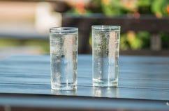 Ποτό κρύου νερού στο γυαλί στον ξύλινο πίνακα Στοκ εικόνα με δικαίωμα ελεύθερης χρήσης