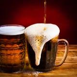 ποτό κόκκινο υπόβαθρο μπύρας δύο γυαλιών Στοκ Εικόνα
