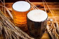 ποτό κόκκινο υπόβαθρο μπύρας δύο γυαλιών Στοκ φωτογραφίες με δικαίωμα ελεύθερης χρήσης