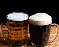 ποτό κόκκινο υπόβαθρο μπύρας δύο γυαλιών Στοκ εικόνες με δικαίωμα ελεύθερης χρήσης