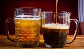 ποτό κόκκινο υπόβαθρο μπύρας δύο γυαλιών Στοκ Φωτογραφίες