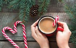 Ποτό παράδοσης Χριστουγέννων Καυτός καφές κουπών με το γάλα, κόκκινος κάλαμος καραμελών στο ξύλινο υπόβαθρο νέο έτος πρόσθετες δι Στοκ φωτογραφίες με δικαίωμα ελεύθερης χρήσης