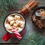 Ποτό παράδοσης Χριστουγέννων Καυτός καφές κουπών με marshmallow, κόκκινος κάλαμος καραμελών στο ξύλινο υπόβαθρο νέο έτος πρόσθετε Στοκ φωτογραφίες με δικαίωμα ελεύθερης χρήσης