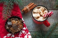 Ποτό παράδοσης Χριστουγέννων Καυτός καφές κουπών με marshmallow, κόκκινος κάλαμος καραμελών στο ξύλινο υπόβαθρο νέο έτος πρόσθετε Στοκ Εικόνες