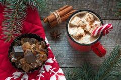 Ποτό παράδοσης Χριστουγέννων Καυτός καφές κουπών με marshmallow, κόκκινος κάλαμος καραμελών στο ξύλινο υπόβαθρο νέο έτος πρόσθετε Στοκ Εικόνα