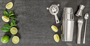 Ποτό που κάνει τα εργαλεία και τα συστατικά για τη μέντα ασβέστη κοκτέιλ Στοκ εικόνες με δικαίωμα ελεύθερης χρήσης