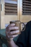 ποτό που κρατά την καυτή κο Στοκ φωτογραφίες με δικαίωμα ελεύθερης χρήσης