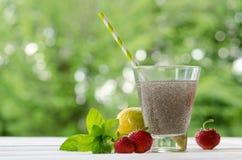 Ποτό σπόρων Chia με το νερό στο διαφανές γυαλί με το λεμόνι Στοκ φωτογραφία με δικαίωμα ελεύθερης χρήσης