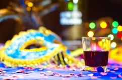 Ποτό στην εστίαση με μια ανασκόπηση καρναβαλιού Στοκ εικόνες με δικαίωμα ελεύθερης χρήσης
