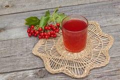 Ποτό του viburnum σε ένα ξύλινο υπόβαθρο Στοκ Εικόνα