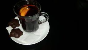 Ποτό Χριστουγέννων Θερμαμένο κόκκινο κρασί με το πορτοκάλι και τα μπισκότα Στοκ εικόνα με δικαίωμα ελεύθερης χρήσης