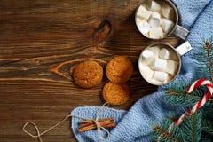 Ποτό Χριστουγέννων Καυτός καφές κουπών με marshmallow, κόκκινος κάλαμος καραμελών στο ξύλινο υπόβαθρο νέο έτος Στοκ Φωτογραφίες