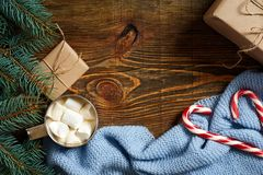 Ποτό Χριστουγέννων Καυτός καφές κουπών με marshmallow, κόκκινος κάλαμος καραμελών στο ξύλινο υπόβαθρο νέο έτος Στοκ εικόνες με δικαίωμα ελεύθερης χρήσης