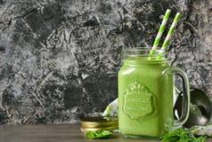 Ποτό Detox - πράσινος καταφερτζής με το σπανάκι, το μήλο και το γιαούρτι στο α Στοκ Εικόνες