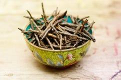 Ποτό Wellness, πικρά στριμμένα φύλλα Ilex Kudingcha Πράσινο τσάι Kudin Στοκ εικόνα με δικαίωμα ελεύθερης χρήσης