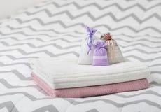 Ποτ πουρί που τίθεται αρωματικό στο κρεβάτι Τρεις lavender σακούλες μυρωδιάς στις πετσέτες Scented σακούλια στην κρεβατοκάμαρα Τσ Στοκ φωτογραφίες με δικαίωμα ελεύθερης χρήσης