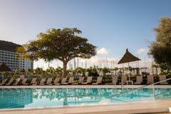 Πουέρτο Ρίκο, θλγραν θλθαναρηα - 17 Δεκεμβρίου 2017: Κενά sunbeds το πρωί στο ξενοδοχείο Portonovo στο Πουέρτο Ρίκο Στοκ Εικόνες