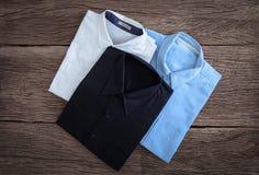 Πουκάμισο και πουκάμισο τζιν στο ξύλινο υπόβαθρο Στοκ εικόνα με δικαίωμα ελεύθερης χρήσης
