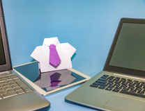 Πουκάμισο με έναν δεσμό του lap-top origami Στοκ εικόνες με δικαίωμα ελεύθερης χρήσης