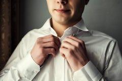 Πουκάμισο φορεμάτων επιχειρηματιών Το άτομο στο άσπρο πουκάμισο στα μανικετόκουμπα φορεμάτων παραθύρων Πολιτικός, ύφος ατόμων ` s Στοκ Φωτογραφίες