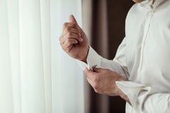Πουκάμισο φορεμάτων επιχειρηματιών Το άτομο στο άσπρο πουκάμισο στο windo Στοκ Εικόνα