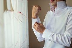 Πουκάμισο φορεμάτων επιχειρηματιών Το άτομο στο άσπρο πουκάμισο στο windo Στοκ Φωτογραφία