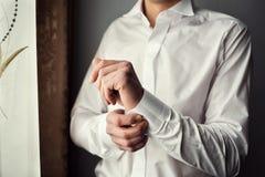 Πουκάμισο φορεμάτων επιχειρηματιών Το άτομο στο άσπρο πουκάμισο στο windo Στοκ εικόνα με δικαίωμα ελεύθερης χρήσης