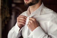 Πουκάμισο φορεμάτων επιχειρηματιών Το άτομο στο άσπρο πουκάμισο στο windo Στοκ εικόνες με δικαίωμα ελεύθερης χρήσης