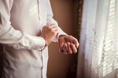 Πουκάμισο φορεμάτων επιχειρηματιών Το άτομο στο άσπρο πουκάμισο στο windo Στοκ φωτογραφίες με δικαίωμα ελεύθερης χρήσης