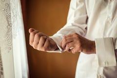 Πουκάμισο φορεμάτων επιχειρηματιών Το άτομο στο άσπρο πουκάμισο στο windo Στοκ Φωτογραφίες