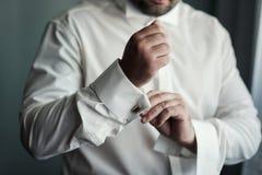 Πουκάμισο φορεμάτων επιχειρηματιών Το άτομο στο άσπρο πουκάμισο στο windo Στοκ φωτογραφία με δικαίωμα ελεύθερης χρήσης