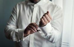 Πουκάμισο φορεμάτων επιχειρηματιών Το άτομο στο άσπρο πουκάμισο στο windo Στοκ Εικόνες