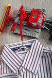Πουκάμισο λωρίδων αγοριών κοντά στο κόκκινο παιχνίδι αυτοκινήτων κλείστε επάνω Στοκ Εικόνες