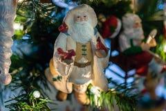 Πουλί που αγαπά την εκμετάλλευση Santa αρκετοί διακοσμητική διακόσμηση καρδιναλίων Στοκ εικόνες με δικαίωμα ελεύθερης χρήσης