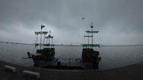 Πουλί που πετά κατά μήκος του ουρανού, σκάφη στον ποταμό, υπόβαθρο απόθεμα βίντεο