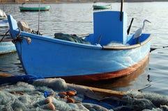 Πουλί Ardeidae σε ένα αλιευτικό σκάφος στο λιμένα του στρέμματος Στοκ φωτογραφία με δικαίωμα ελεύθερης χρήσης