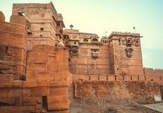 Πουλιά πέρα από τους ψηλούς πύργους του ιστορικού οχυρού Jaisalmer με τους μνημειακούς τοίχους πετρών πέρα από την παλαιά πόλη, Ι Στοκ εικόνα με δικαίωμα ελεύθερης χρήσης