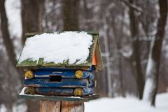 Πουλιά στον τροφοδότη πουλιών στο δάσος χειμερινού χιονιού Στοκ εικόνες με δικαίωμα ελεύθερης χρήσης