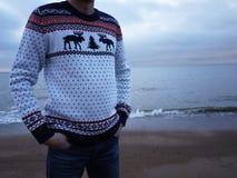 Πουλόβερ ατόμων με τα ελάφια Θερμό και όμορφο πουλόβερ με τα σχέδια των ελαφιών στοκ φωτογραφία με δικαίωμα ελεύθερης χρήσης