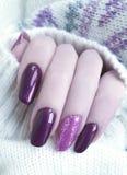 πουλόβερ μανικιούρ χεριών, χειμερινή όμορφη γοητεία στοκ εικόνα με δικαίωμα ελεύθερης χρήσης