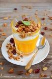Πουρές κολοκύθας με το granola και το γιαούρτι Στοκ Φωτογραφίες