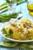 Πουρές πατατών που διακοσμείται με το μαγειρευμένο ξινό λάχανο, παραδοσιακό μικρόβιο Στοκ Εικόνες