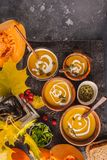 Πουρές σούπας κολοκύθας φθινοπώρου με την κρέμα στα φλυτζάνια, το τοπίο φθινοπώρου στοκ φωτογραφία με δικαίωμα ελεύθερης χρήσης