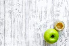 Πουρές της Apple για το μωρό στην ελαφριά ξύλινη τοπ άποψη επιτραπέζιου υποβάθρου copyspace Στοκ εικόνες με δικαίωμα ελεύθερης χρήσης