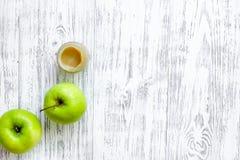 Πουρές της Apple για το μωρό στην ελαφριά ξύλινη τοπ άποψη επιτραπέζιου υποβάθρου copyspace Στοκ φωτογραφίες με δικαίωμα ελεύθερης χρήσης
