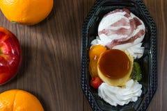 Πουτίγκα κρέμας καραμέλας μιγμάτων παγωτού με τα φρούτα Στοκ Φωτογραφίες
