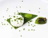 Πουτίγκα μοτσαρελών, χαβιάρι σπανακιού, σάλτσα σπανακιού και πράσινο pape Στοκ Φωτογραφίες